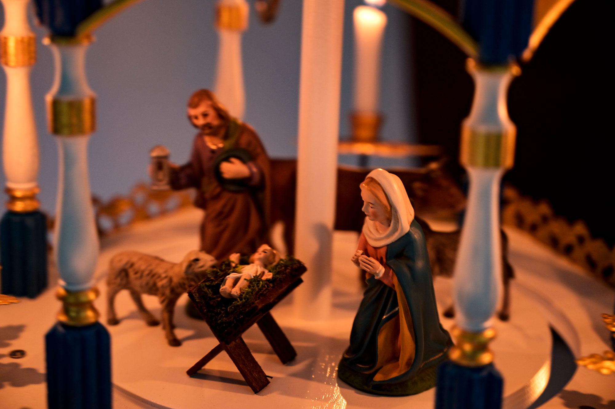 Krippe mit Josef, Maria und Christuskind - Gold Version